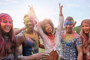 Portrait of group of friends at festival, covered in colourful powder paintの写真素材 [FYI03805221]