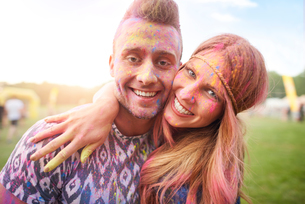 Two friends at festival, covered in colourful powder paintの写真素材 [FYI03805227]