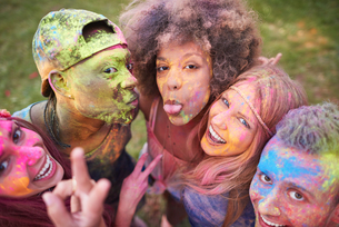 Portrait of group of friends at festival, covered in colourful powder paintの写真素材 [FYI03805231]