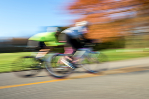 Blurred motion side view of cyclists cyclingの写真素材 [FYI03805245]