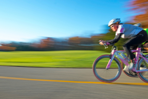 Blurred motion side view of cyclist cyclingの写真素材 [FYI03805252]