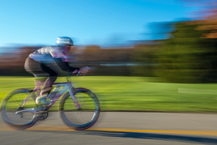 Blurred motion side view of cyclist cyclingの写真素材 [FYI03805253]