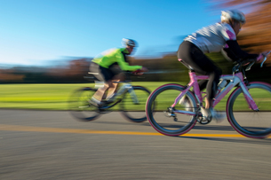 Blurred motion side view of cyclists cyclingの写真素材 [FYI03805254]