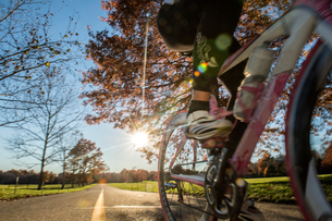Cropped view of cyclist cycling in sunlightの写真素材 [FYI03805255]