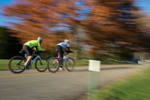 Blurred motion of cyclists cyclingの写真素材 [FYI03805256]