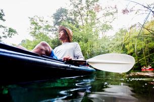 Man kayaking at Econfina Creek, Florida, USAの写真素材 [FYI03805339]