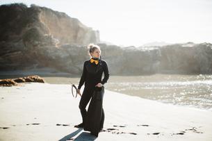 Diver with speargun on beach, Big Sur, California, USAの写真素材 [FYI03805393]