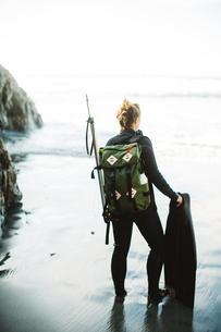 Diver with speargun on beach, Big Sur, California, USAの写真素材 [FYI03805402]