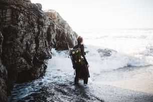 Diver with speargun on beach, Big Sur, California, USAの写真素材 [FYI03805403]