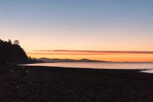 Beach at sunset, Rathrevor Beach Provincial Park, Vancouver Island, British Columbia, Canadaの写真素材 [FYI03805507]