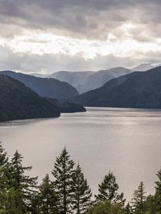 Sunbeams through clouds over Comox Lake, Coutenay, Vancouver Island, British Columbia, Canadaの写真素材 [FYI03805534]