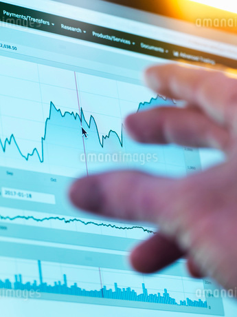 Investor viewing company share price market data on a laptop computerの写真素材 [FYI03805579]