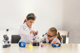 Girls using pipette and conical flask from chemistry setの写真素材 [FYI03805595]