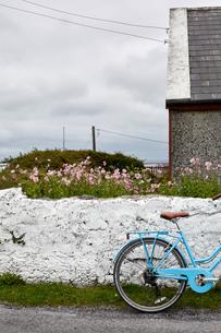 Bicycle beside wall, Inishmore, Irelandの写真素材 [FYI03805623]