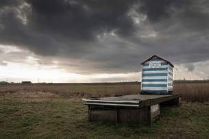 Beach hut with notice promoting boat trips, Aldeburgh, Suffolk, Englandの写真素材 [FYI03805763]