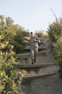 Soldier wearing combat clothing running, Runyon Canyon, Los Angeles, California, USAの写真素材 [FYI03806058]