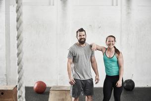 Couple in cross training gymの写真素材 [FYI03806314]