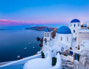 Traditional cliff house by sea, Athens, Attiki, Greece, Europeの写真素材 [FYI03806360]
