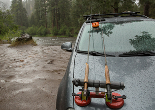 Vehicle parked by river in rain, Clark Fork, Montana and Idaho, USの写真素材 [FYI03806439]