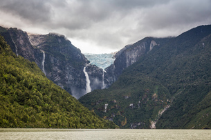 Waterfall flowing from glazier at edge of mountain rock face, Queulat National Park, Chileの写真素材 [FYI03806464]