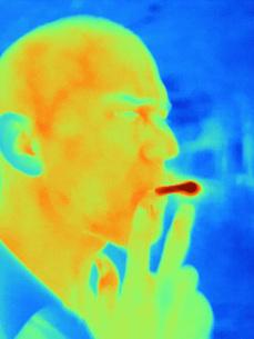 Thermal image of man smokingの写真素材 [FYI03806465]