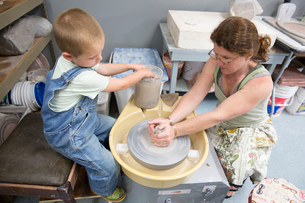 Mother and son working with clayの写真素材 [FYI03806703]