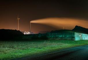 Chimney, wind turbine and coal in Eemshaven harbour area, Delfzijl, Groningen, Netherlandsの写真素材 [FYI03806839]