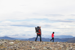 Man with sons hiking in mountain landscape, Jotunheimen National Park, Lom, Oppland, Norwayの写真素材 [FYI03806910]