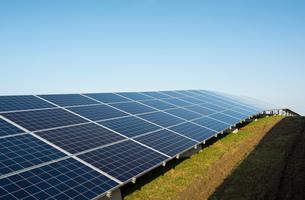 New solar farm constructed on former waste dumpの写真素材 [FYI03806943]