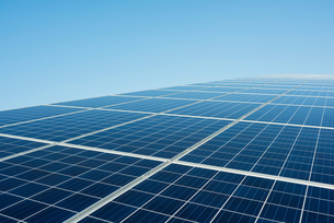 New solar farm constructed on former waste dumpの写真素材 [FYI03806944]