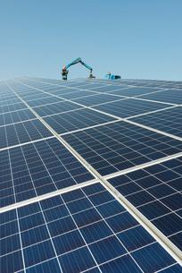 New solar farm constructed on former waste dumpの写真素材 [FYI03806945]
