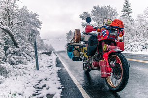 Touring motorcycle parked on roadside in winter, Placerville, California, USAの写真素材 [FYI03807138]