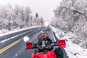 Touring motorcycle parked on roadside in winter, Placerville, California, USAの写真素材 [FYI03807142]