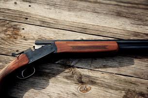 Shotgun against woodの写真素材 [FYI03807258]