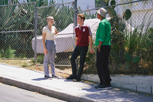 Young adult friends chatting on suburban sidewalk, Los Angeles, California, USAの写真素材 [FYI03807287]