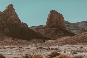 Motorcyclist riding in desert, Trona Pinnacles, California, USの写真素材 [FYI03807289]