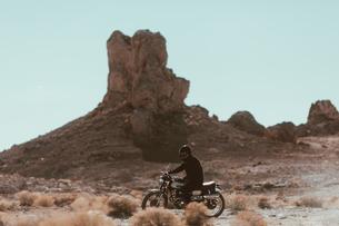 Motorcyclist riding in desert, Trona Pinnacles, California, USの写真素材 [FYI03807297]