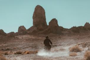 Motorcyclist riding in desert, Trona Pinnacles, California, USの写真素材 [FYI03807299]