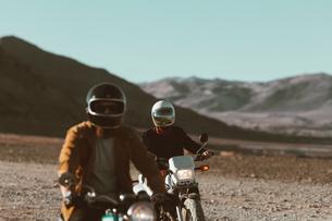 Motorcyclist friends riding in desert, Trona Pinnacles, California, USの写真素材 [FYI03807301]