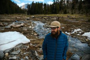 Hiker enjoying surroundings, Mineral King, California, United Statesの写真素材 [FYI03807302]