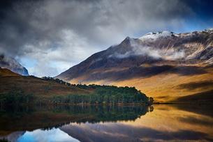 Tranquil mountain landscape mirror imaged in loch, Achnasheen, Scottish Highlands, Scotlandの写真素材 [FYI03807395]