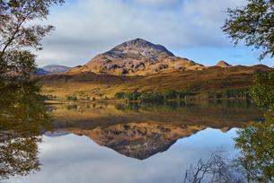 Tranquil mountain landscape mirror imaged in loch, Achnasheen, Scottish Highlands, Scotlandの写真素材 [FYI03807396]