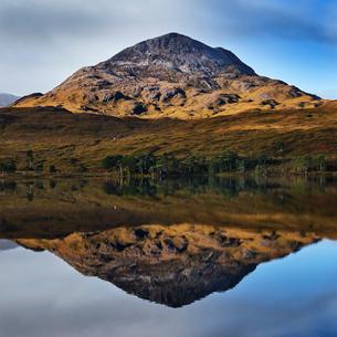Tranquil mountain landscape mirror imaged in loch, Achnasheen, Scottish Highlands, Scotlandの写真素材 [FYI03807403]