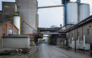Public road runs through vast cement factory, Slite, Gotlands Lan, Swedenの写真素材 [FYI03807738]