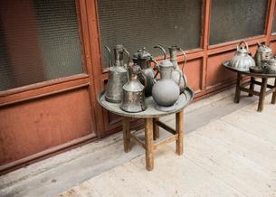Displays of variety of kettles along walkway, Arasta Bazaar, Istanbul, Turkeyの写真素材 [FYI03807758]