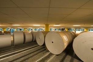 Huge rolls of paper in newspaper factoryの写真素材 [FYI03807790]