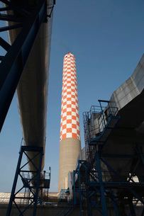 Oil fired power station main flue taking waste gases to chimの写真素材 [FYI03807812]