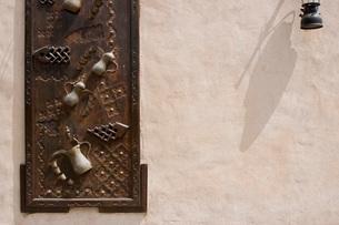 Dubai UAE Ornately decorated wood doors at Heritage Villageの写真素材 [FYI03807814]