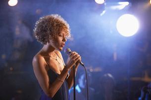 Jazz Singer Performing in Clubの写真素材 [FYI03807837]