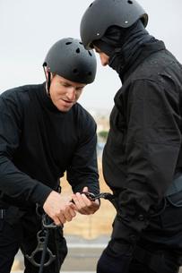 SWAT Team Preparing Climbing Equipmentの写真素材 [FYI03807855]